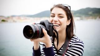 Mujer sosteniendo una cámara.