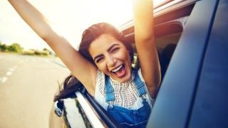 Mujer extrovertida en el coche!