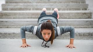 Mujer haciendo una un entrenamiento de fitness