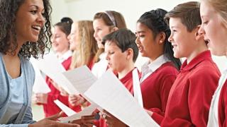 Mujer enseñando canto coral