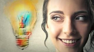 Mujer con bombilla de idea