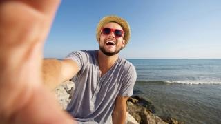 Hombre de vacaciones en la playa.