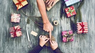 Gente envolviendo regalos navideños