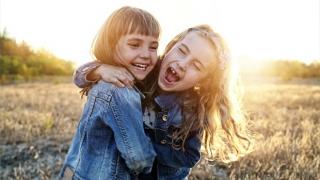Dos niñas riendo