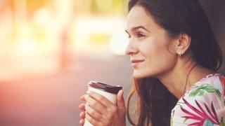 Mujer con su café de la mañana.
