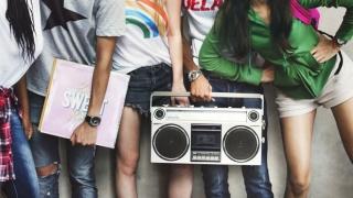 Adolescentes en su lugar de encuentro.