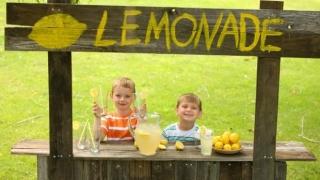 Niños armando un puesto de limonada