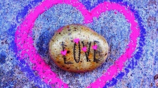 Piedra pintada con AMOR.
