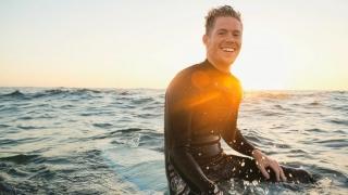 Joven en una tabla de surf