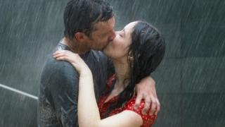 Una pareja abrazando