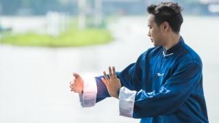 Hombre practicando Qi Gong al aire libre.