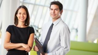 Hombre y mujer en una oficina