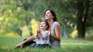 Madre y niño jugando en la hierba