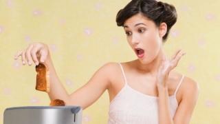Mujer quemando una tostada