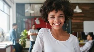 Mujer sonriente que trabaja feliz.