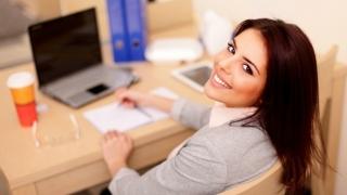 Mujer sonriente en el trabajo