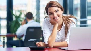 Mujer que trabaja en su escritorio.