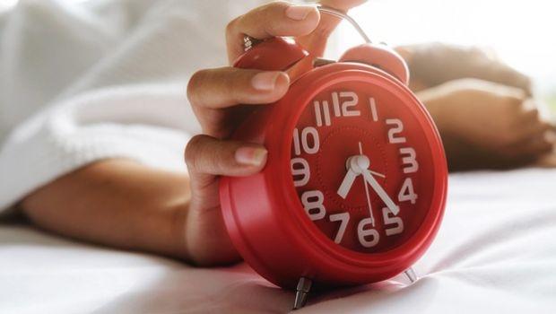 Despertar con la alarma del reloj.