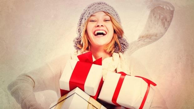 Mujer sonriente con regalos.