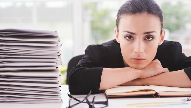 Mujer de apariencia estresada en el trabajo