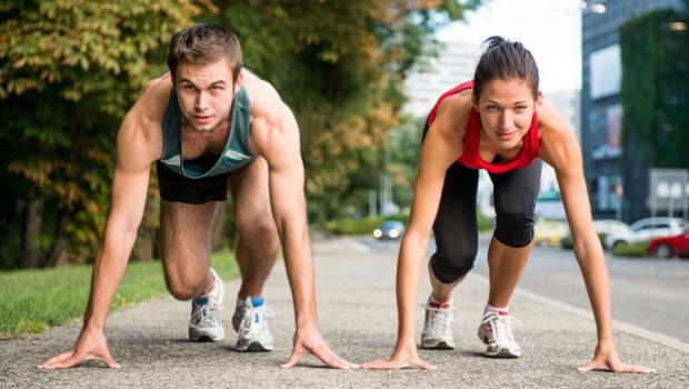 Dos personas corriendo una carrera.