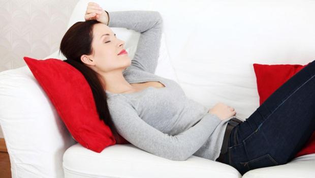 Madre descansando en el sofá.