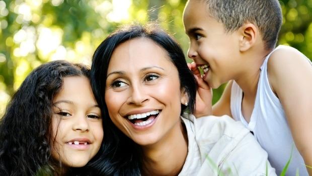 Madre y niños jugando