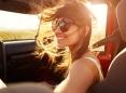 Mujer en el asiento del acompañante de un automóvil.