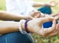 Manos de mujeres meditando.
