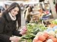 Mujer en mercado de productores agrícolas
